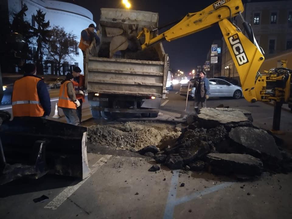 В центре Киева посреди дороги провалился асфальт
