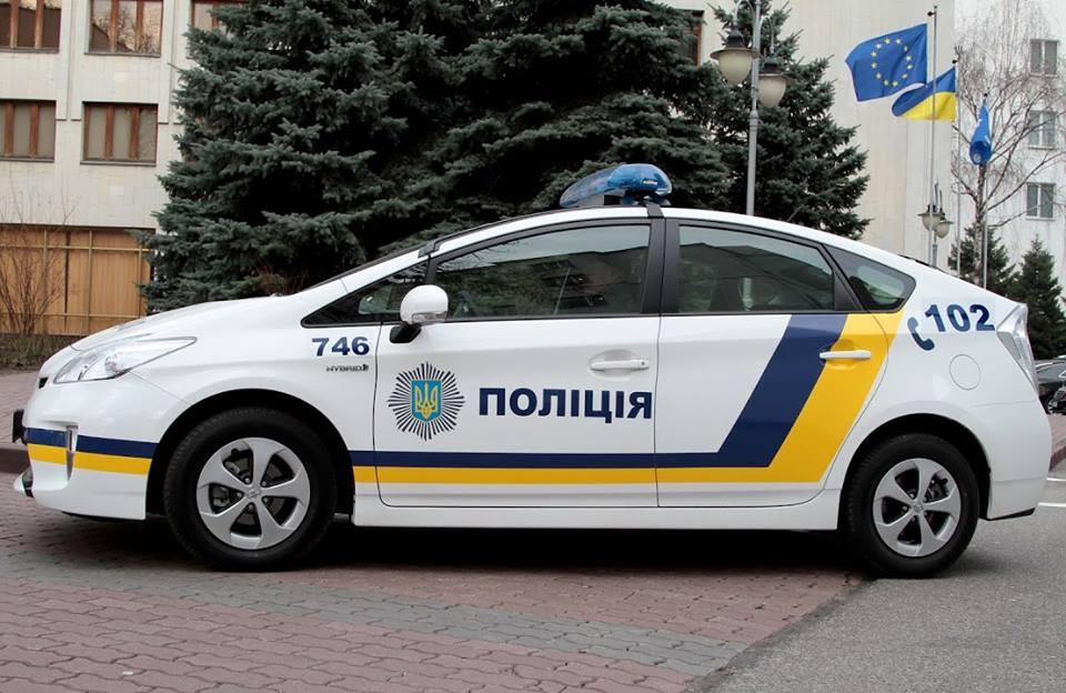 В центре Киева мужчина решил пробежать по патрульной машине