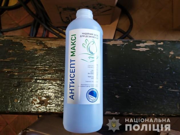 Под Киевом полицейские нашли цех с сомнительным антисептиком