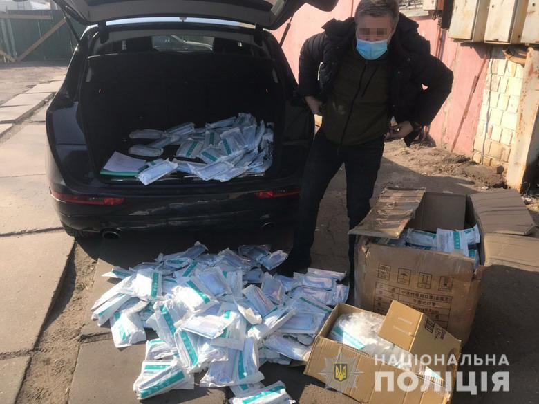 Полиция нашла у киевлянина 40 000 медицинских масок
