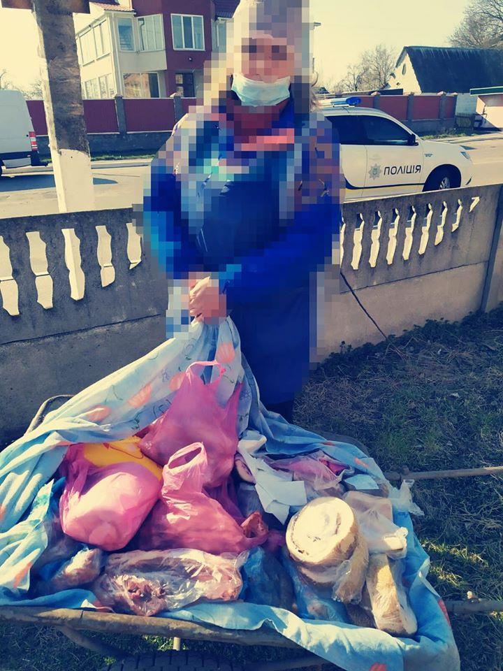 На Киевщине женщина устроила стихийную торговлю салом посреди села