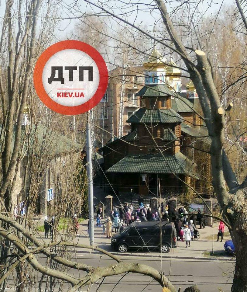 В Киеве, несмотря на карантин, взрослые с детьми пришли в церковь