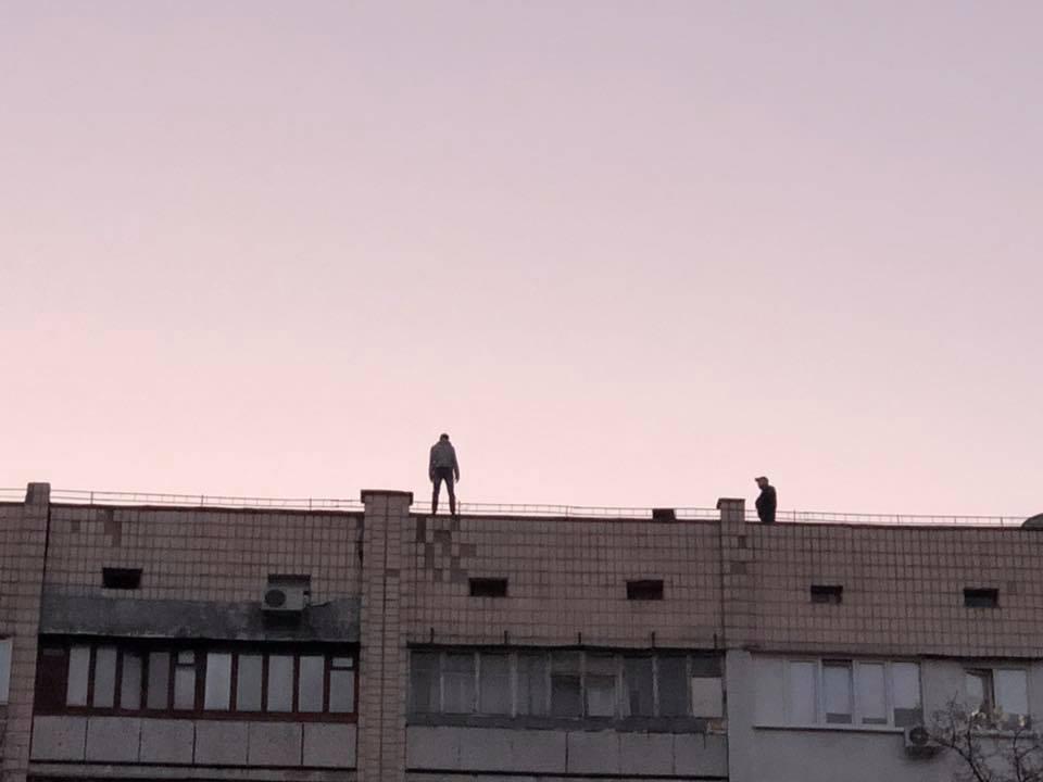 На Оболони молодой парень пытался спрыгнуть с крыши жилой многоэтажки