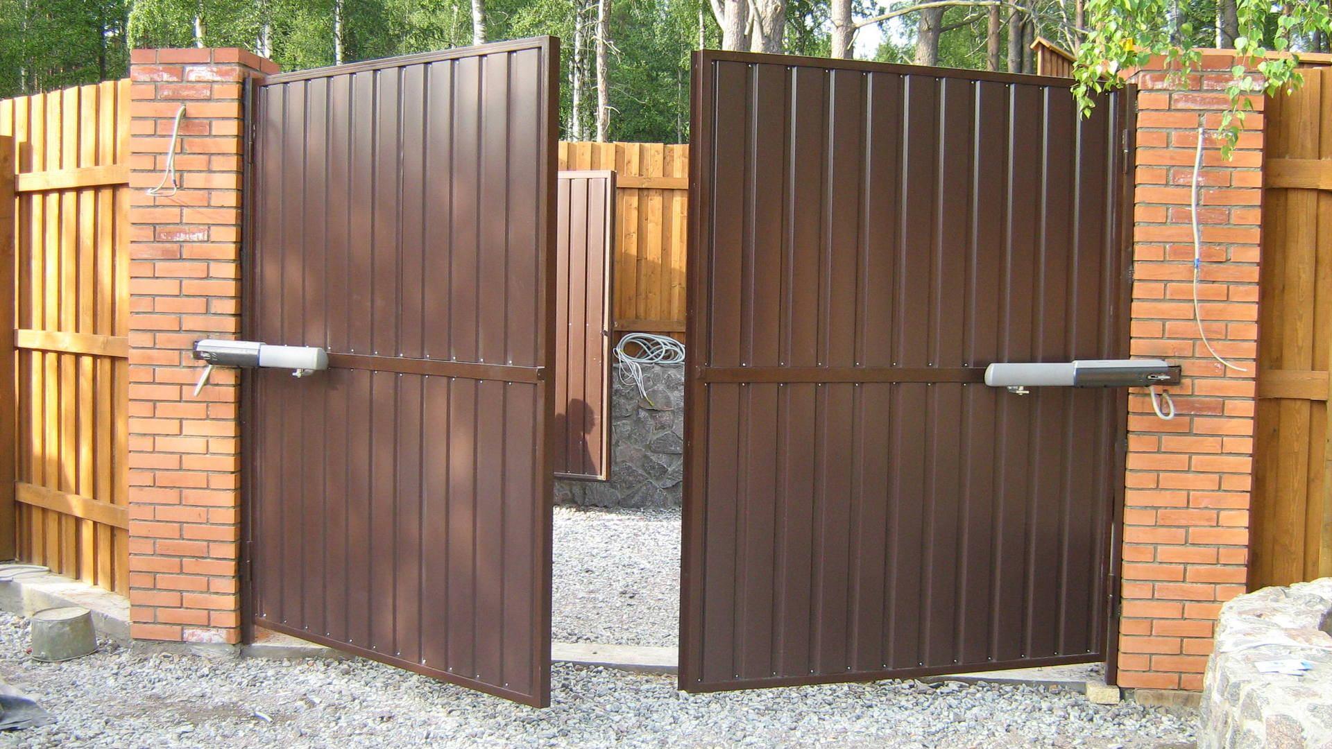 Распашные или откатные ворота: преимущества и недостатки