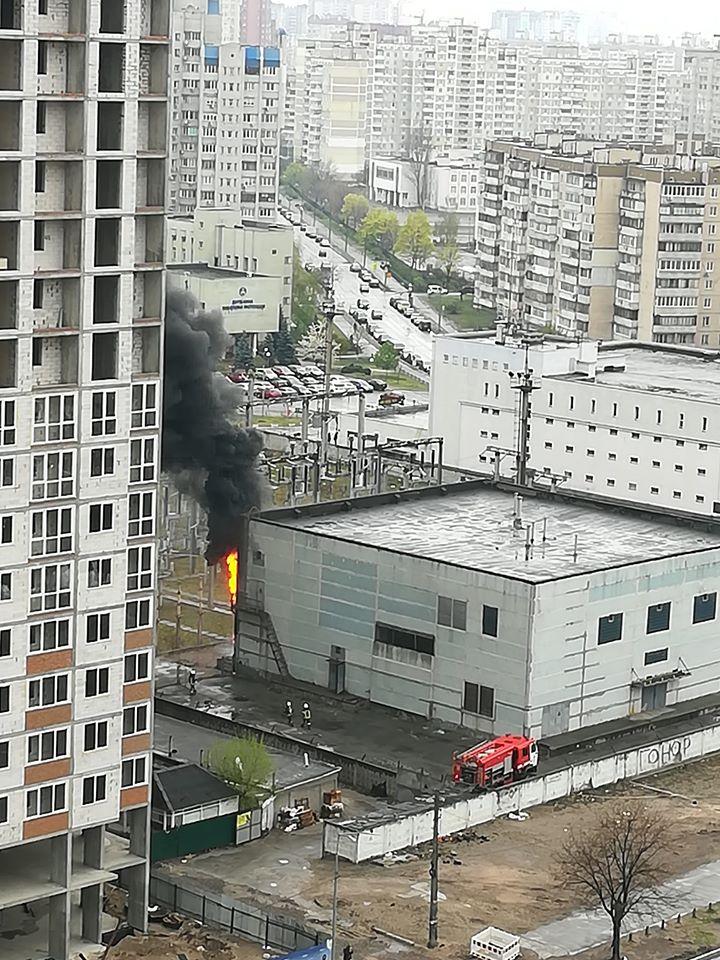 На электроподстанции на Дарнице произошел пожар. Очевидцы сообщают про взрыв