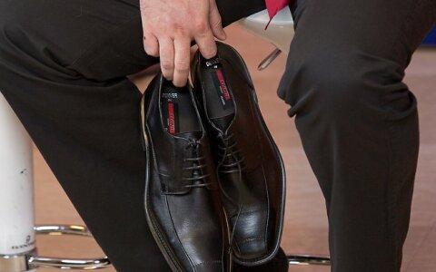 Возле КПИ пьяные ребята украли у мужчины туфли с деньгами