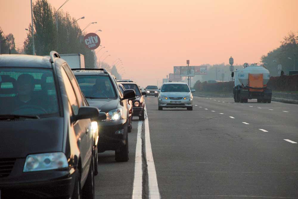 В Киеве заметили наглого водителя, который смело мчал по встречной полосе