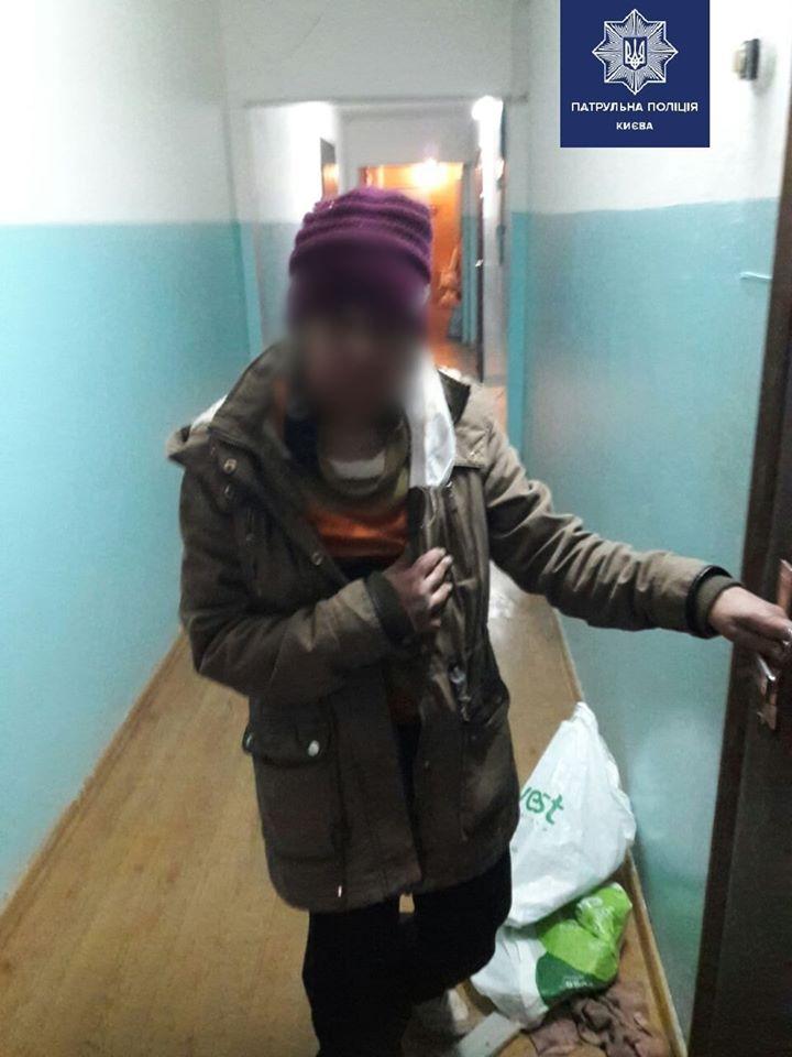 Киевские патрульные помогли бабушке, которая ночью пыталась из больницы добраться домой