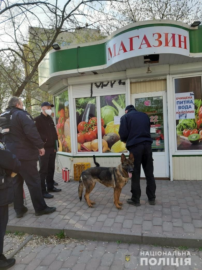 В Киеве неизвестный напал на продуктовый киоск и ограбил продавщицу
