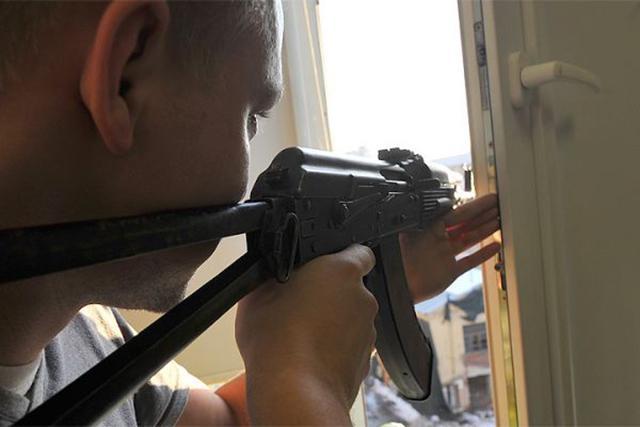 В Киеве мужчина из окна дома ранил женщину во дворе
