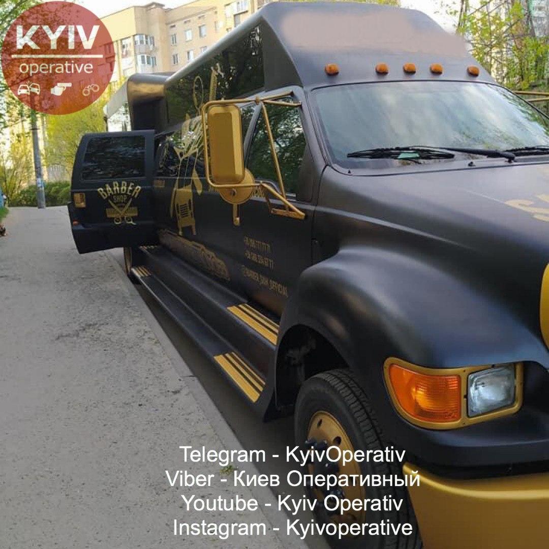 В Киеве заметили парикмахерскую, в которой стригут за 1500 гривен