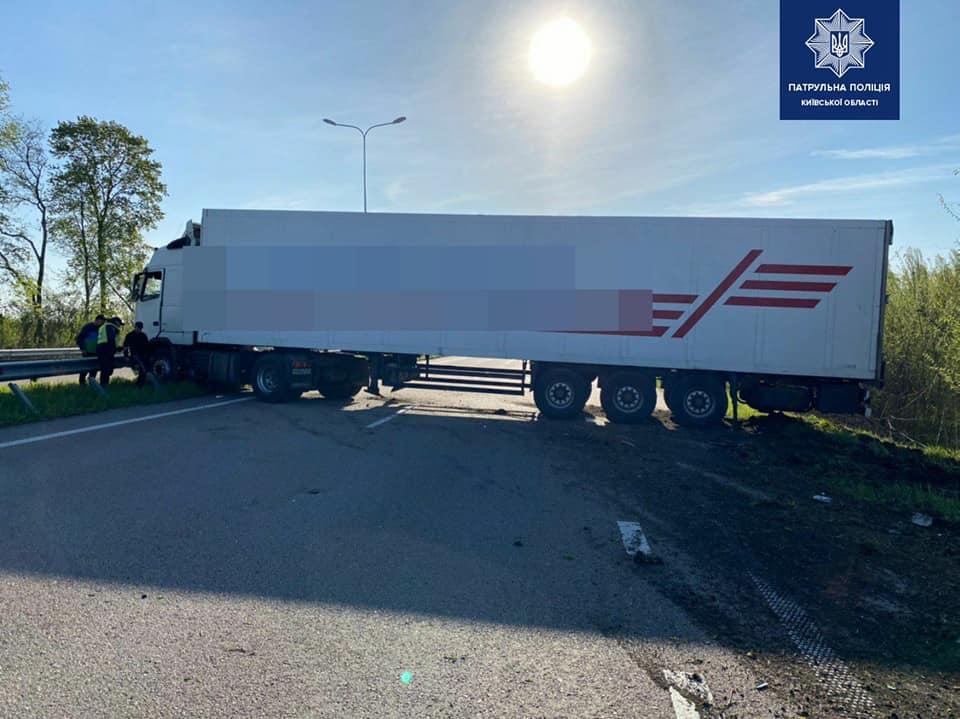 Под Киевом водитель грузовика уснул за рулем и заблокировал дорогу