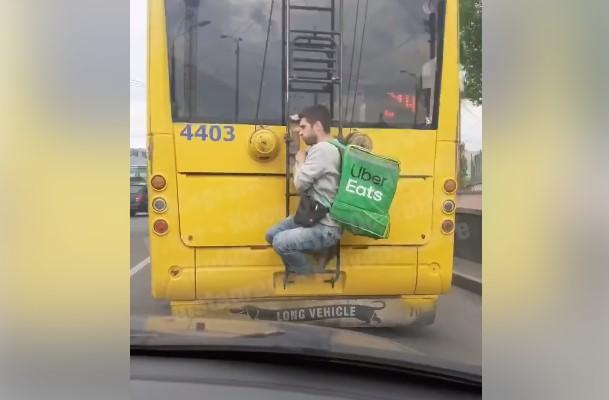 В Киеве курьер по доставке еды рискнул жизнью, зацепившись за троллейбус