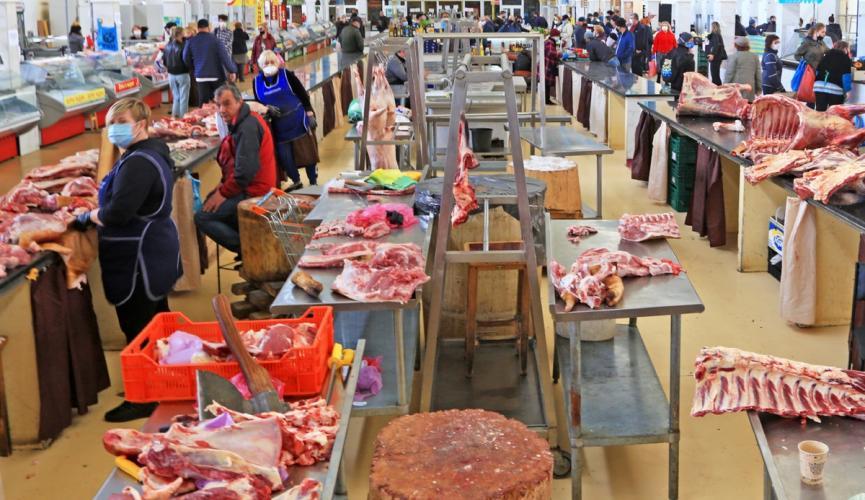 """На киевских рынках продавцов """"спрячут"""" от покупателей за защитными экранами"""