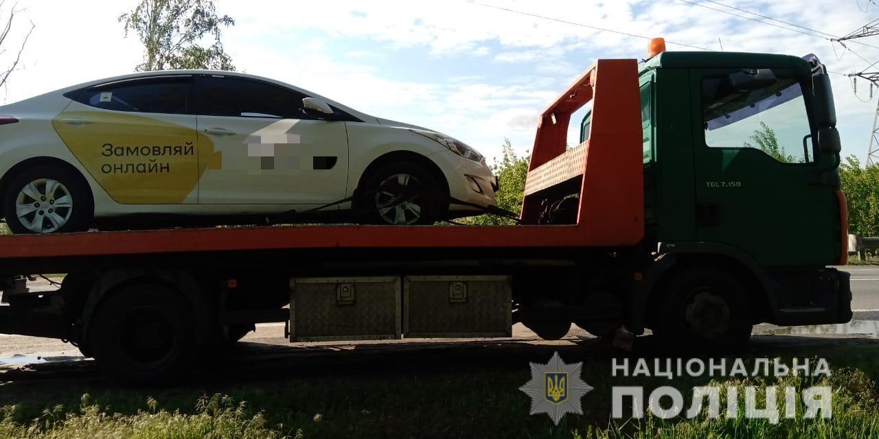 На Киевщине пассажиры такси выкинули из машины водителя и уехали сами