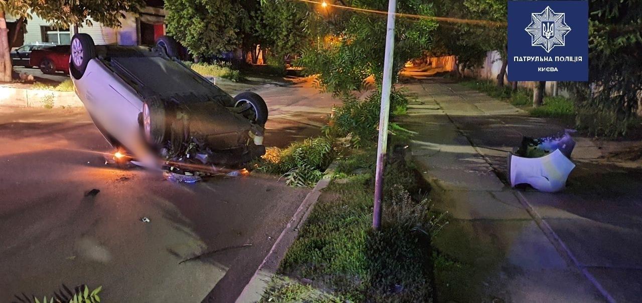 В Киеве мужчина сломал себе ключицу врезавшись в дерево на авто