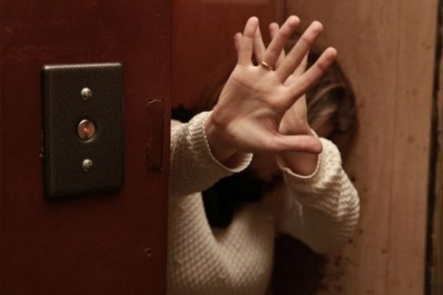 В лифте жилого дома на Троещине мужчина напал на женщину