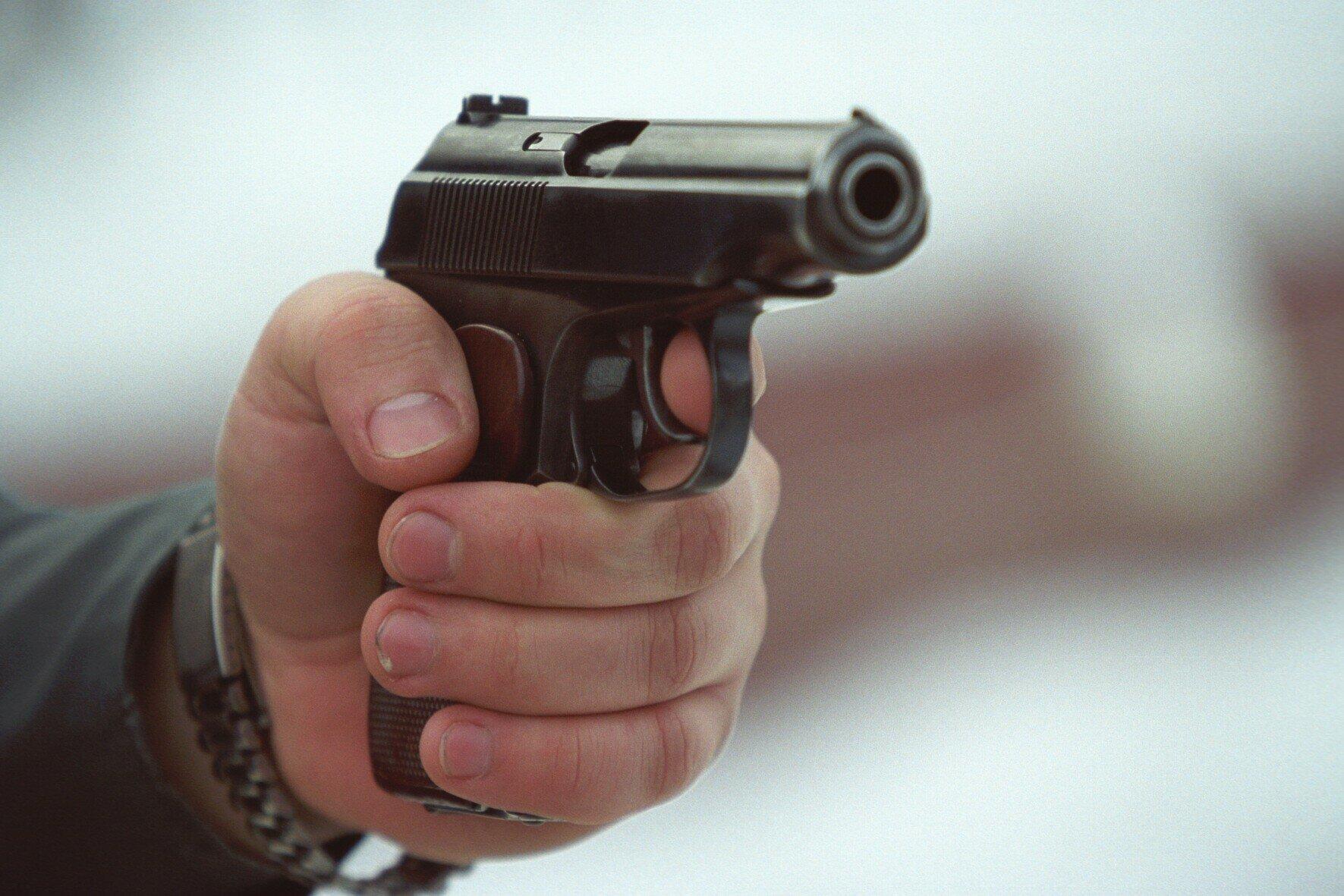 Поссорившись с женой, мужчина устроил стрельбу из пистолета посреди улицы