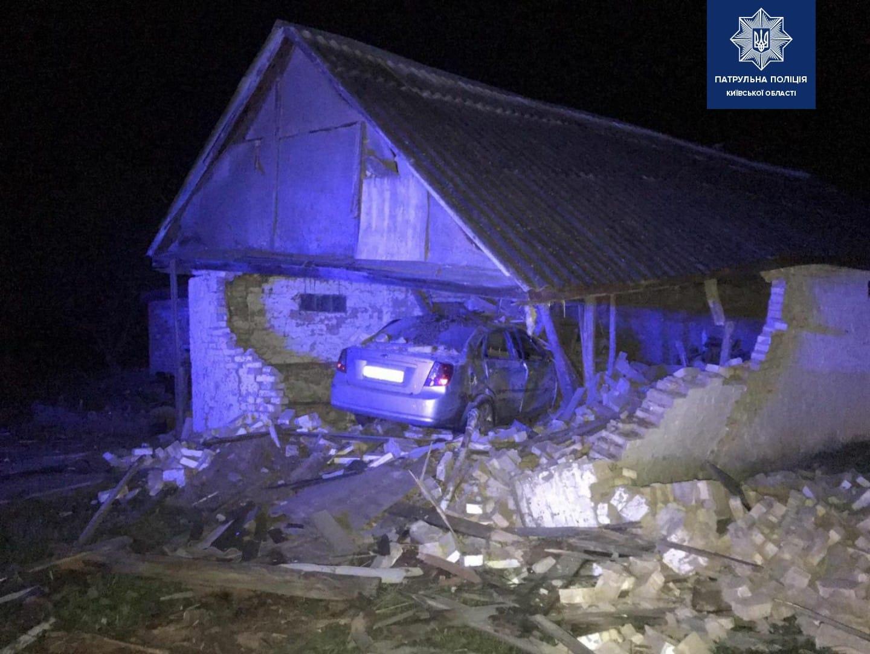Под Киевом пьяный водитель врезался в сарай, есть жертвы