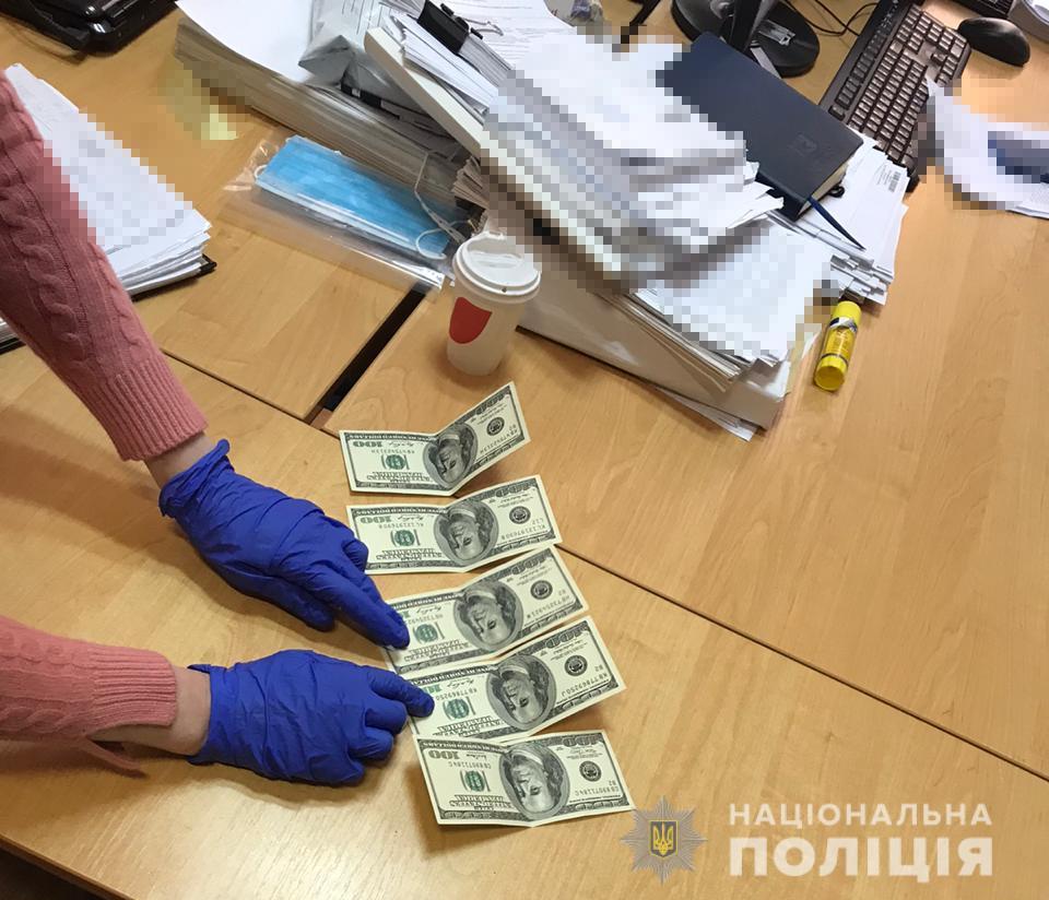 """На Оболони мужчина пытался за 2000 долларов США """"договориться"""" с полицейским"""