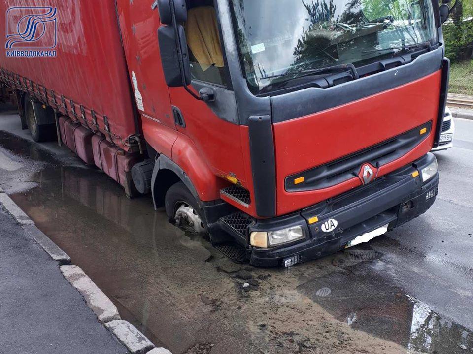 В Киеве из-за аварии на трубопроводе в асфальте застрял грузовик