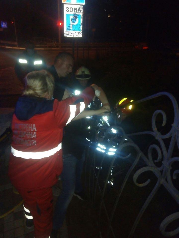 Под Киевом подросток напоролся на штырь, перелезая через забор