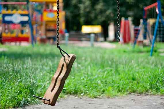 Под Киевом 8-летняя девочка получила ужасные травмы, упав с качели