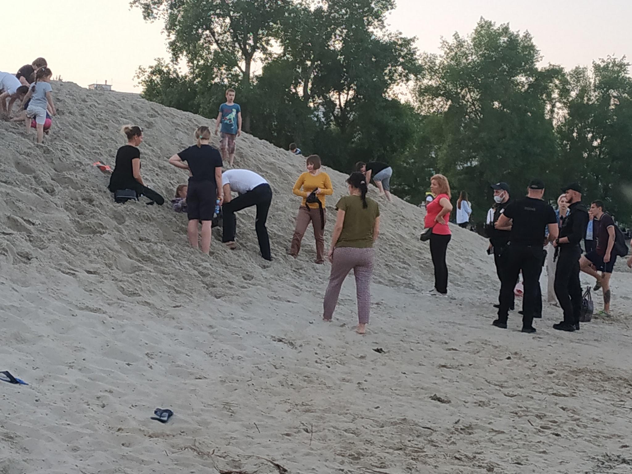 На Оболонской набережной 10-летнего ребенка засыпало грудой песка