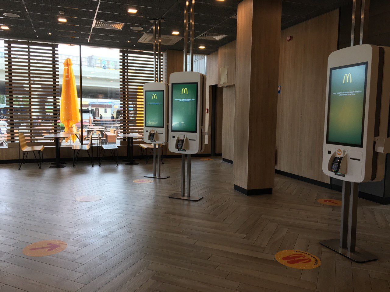 МакДональдз открыл залы ресторанов и показал, как они будут работать в новых условиях