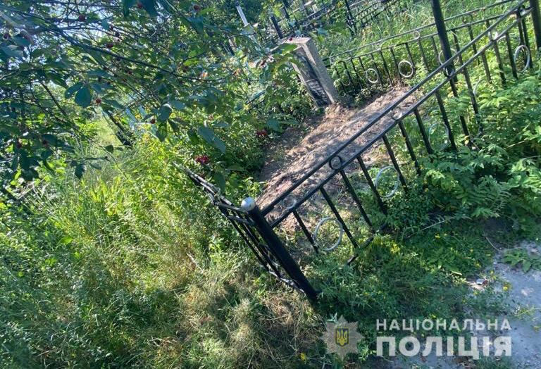 На кладбище под Киевом нашли тело убитого молодого парня