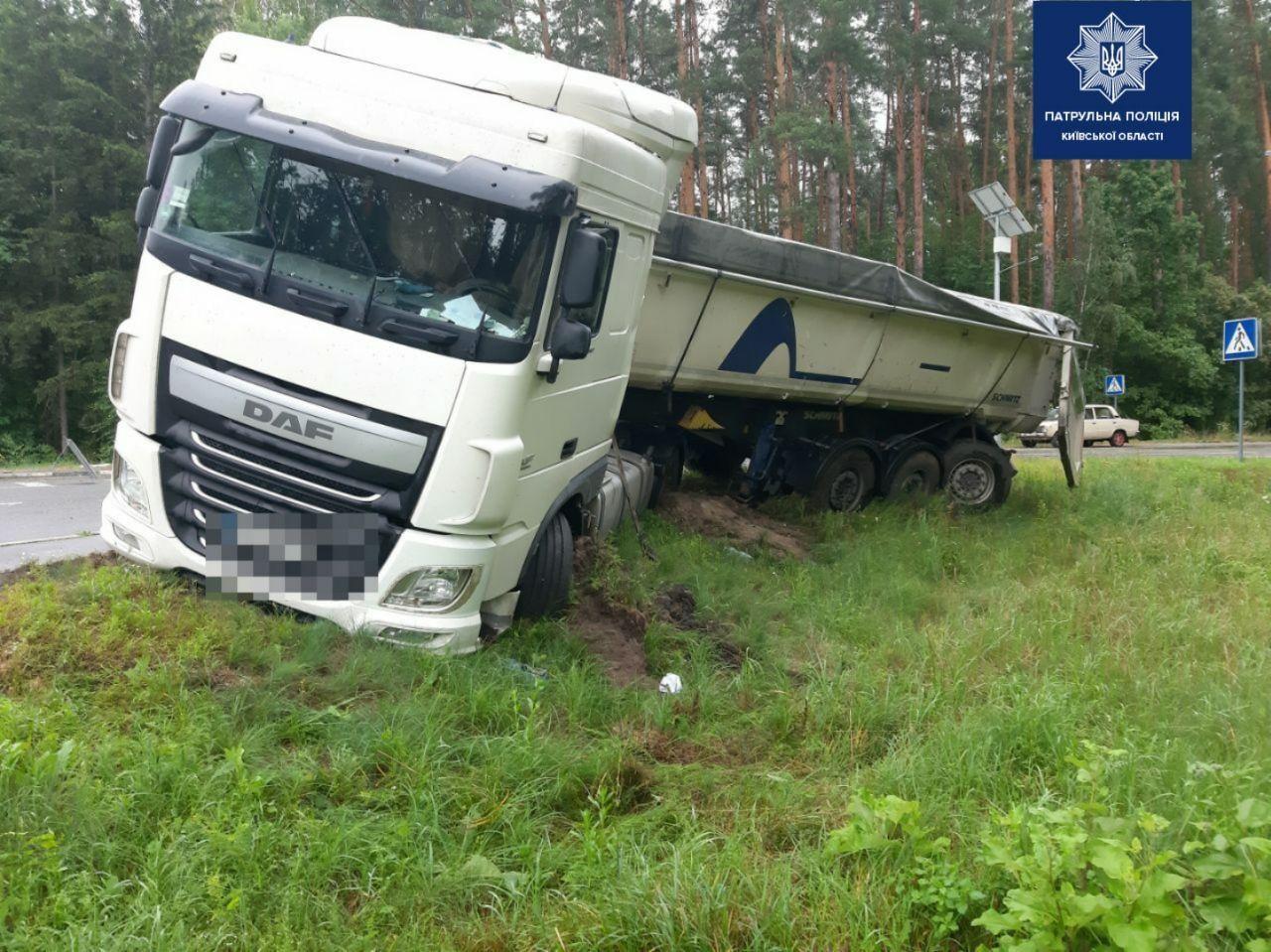 Под Киевом мужчина протаранил грузовик, который вез новые авто