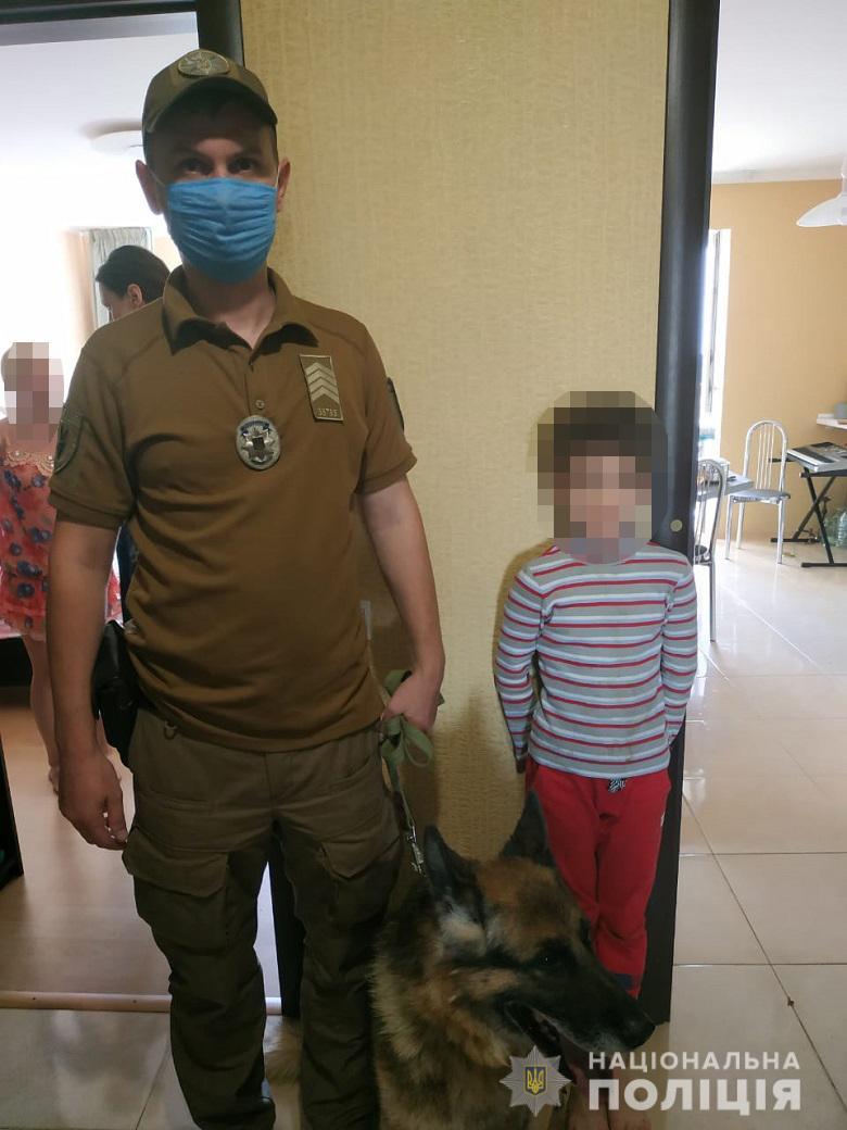 """В Киеве 7-летний ребенок пошел выносить мусор и """"пропал"""". Мальчика нашла собака"""