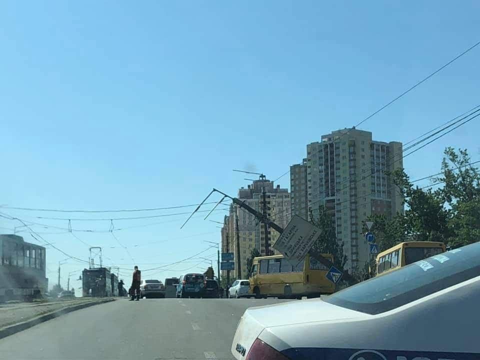 """Возле метро """"Черниговская"""" на проезжую часть рухнул столб"""
