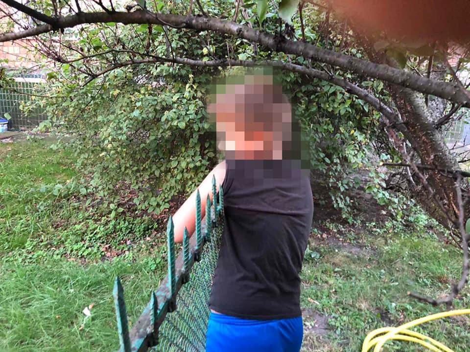 В Киеве подросток напоролся на металлический штырь, гуляя во дворе дома