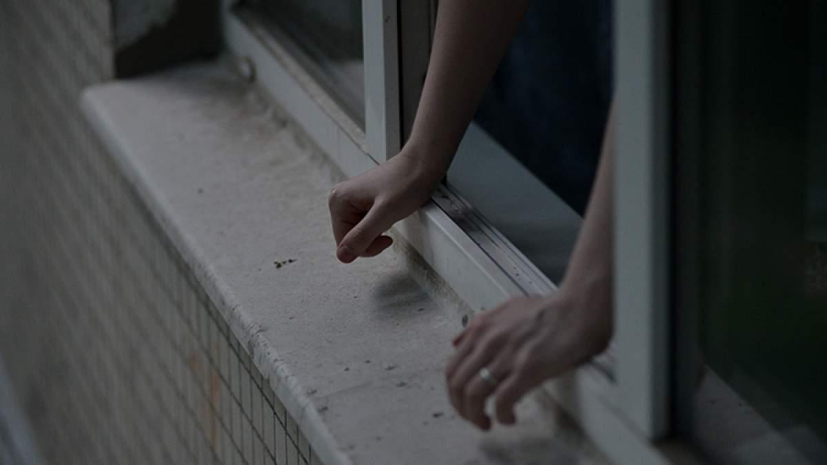 В Киеве патрульный в экстремальных условиях спас суицидницу