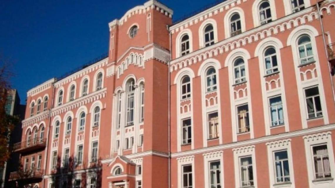 Из окна Александровской больницы выбросилась женщина с COVID-19