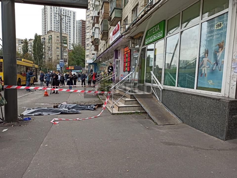 Из окна жилого дома на Соломенке выбросились женщина и ребенок