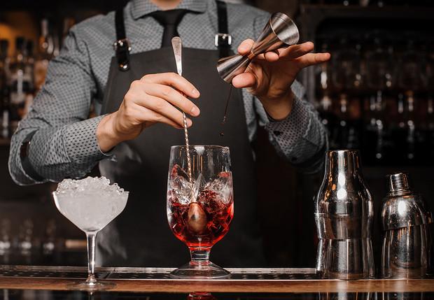 Какими качествами должен обладать бармен?