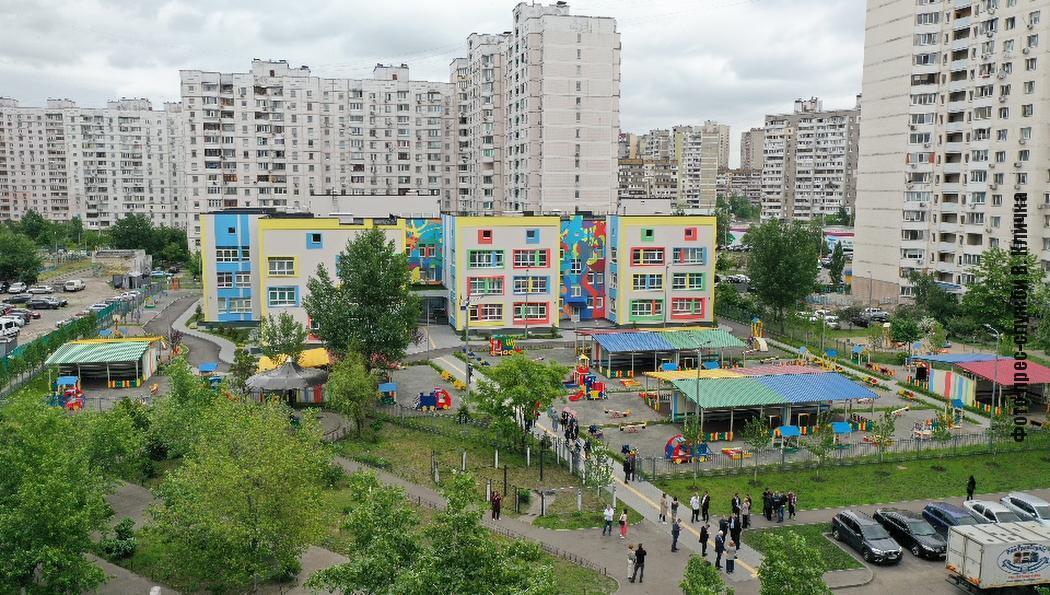 В Киеве на месте стихийной парковки открыли современный детсад