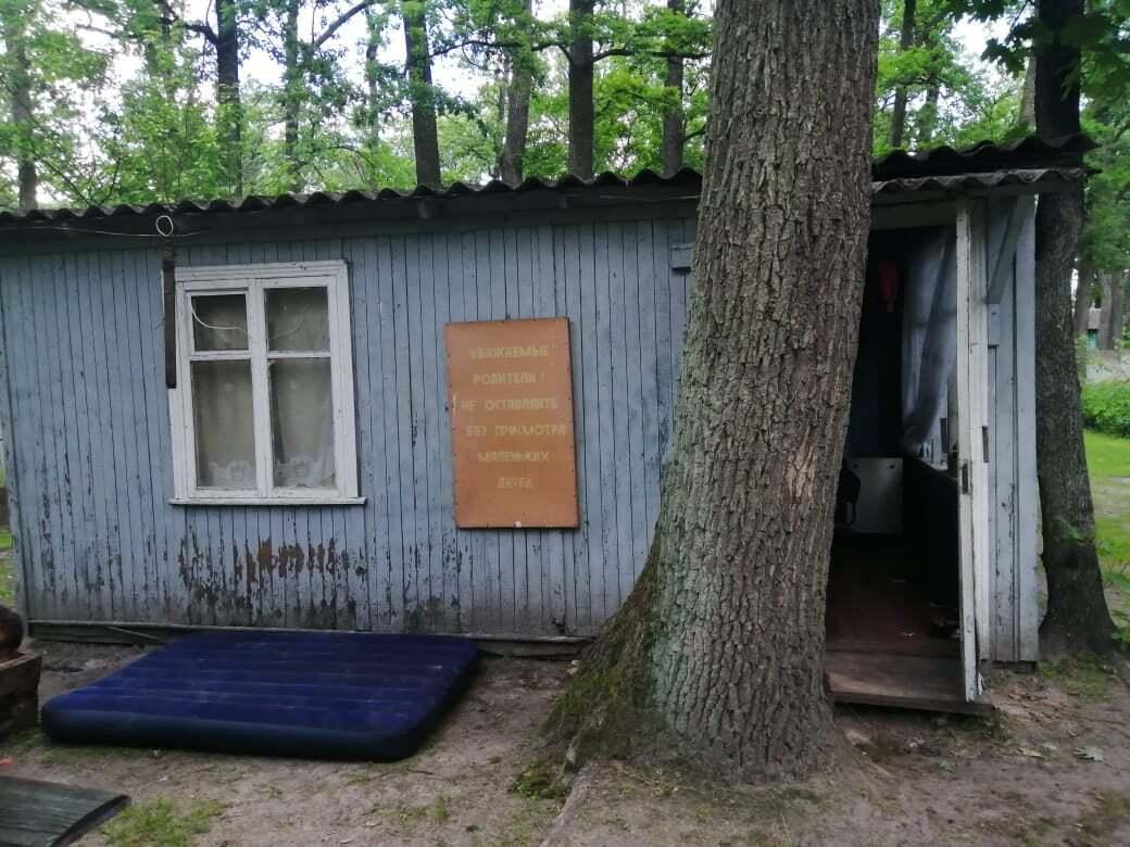 Ужасная трагедия на Киевщине: маленькая девочка погибла, спасая брата в уличном туалете