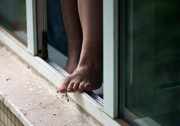 Из окна квартиры на 20 этаже выпала девушка