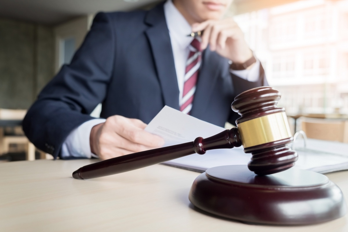 Адвокат в уголовном процессе: его права, роль и обязанности