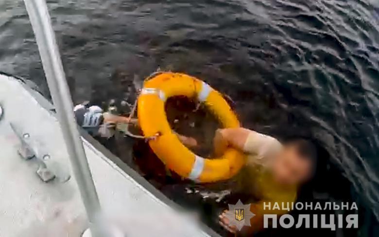 В Киеве во время прогулки на теплоходе по Днепру в воду упал мужчина