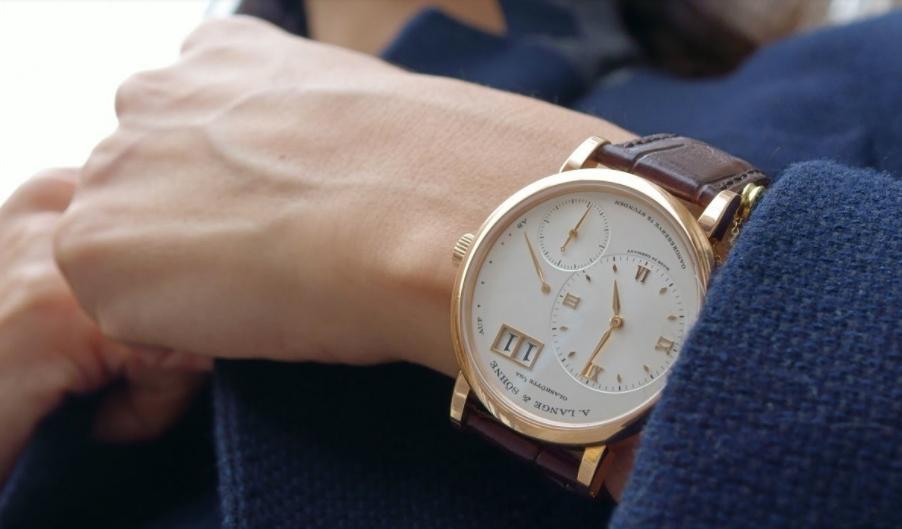 Как девушке выбрать часы под одежду и аксессуары?