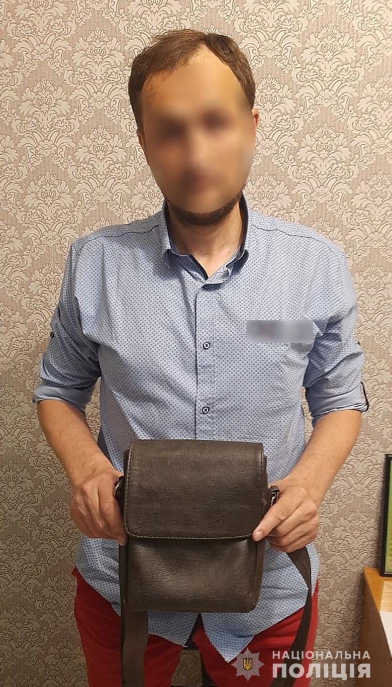 В Киеве курильщик избил и ограбил посетителя кафе