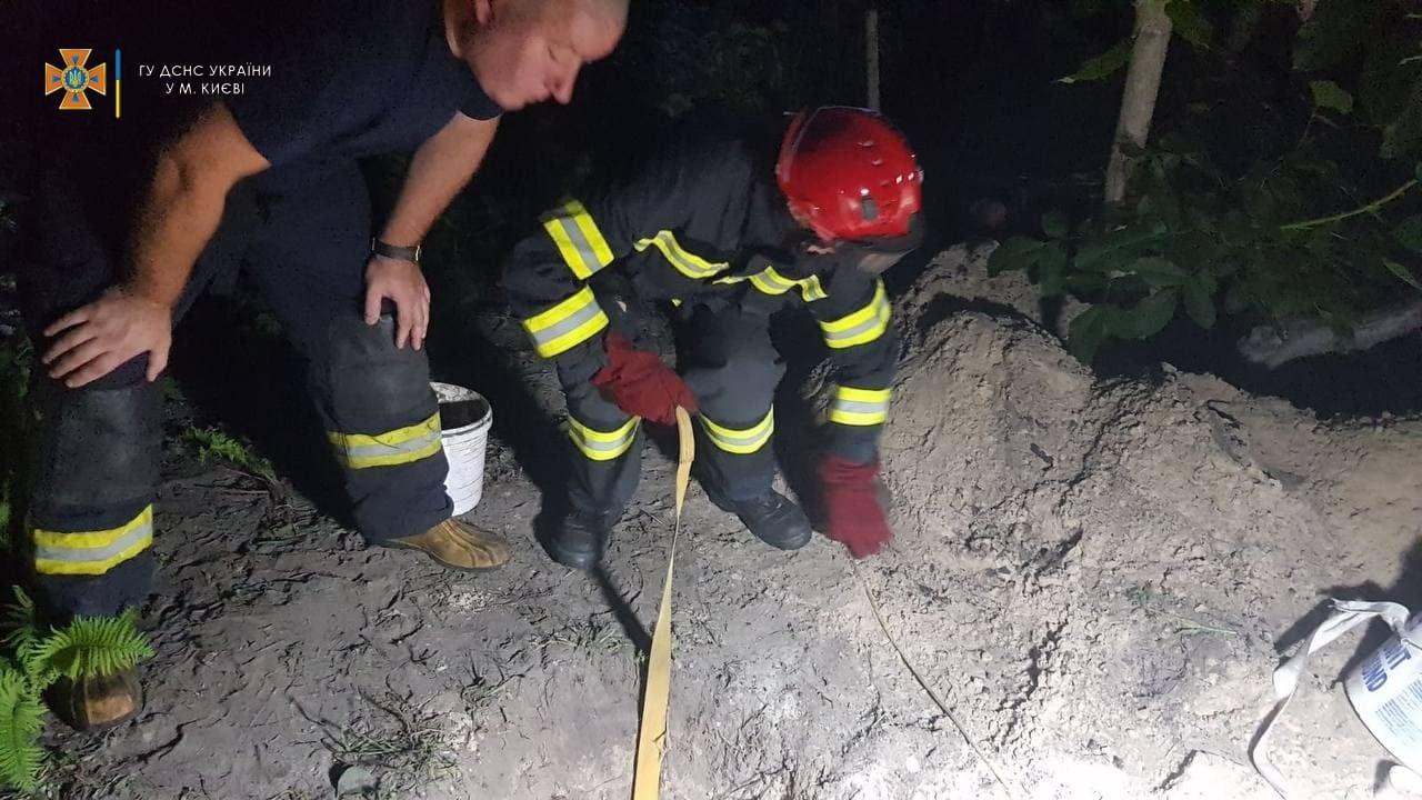 «Заживо погребенный»: мужчину засыпало землей во время копания колодца
