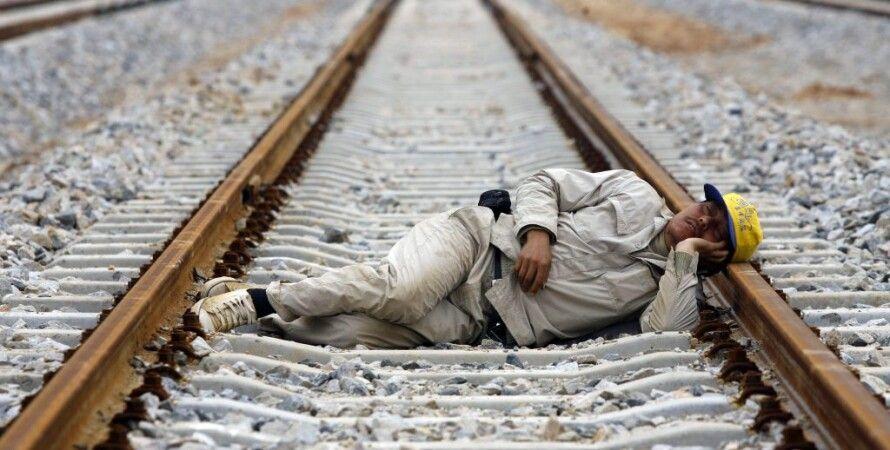Мужчина уснул на рельсах. Электричка отрезала ему ноги