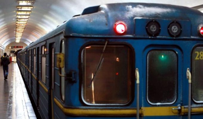 """На станции метро """"Оболонь"""" на рельсы упал мужчина"""