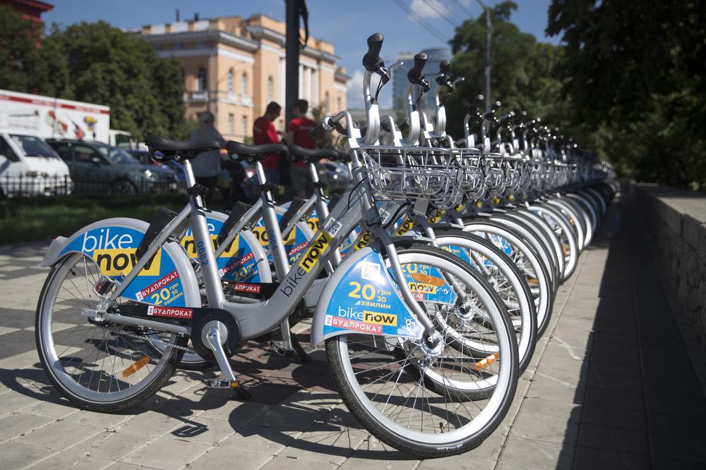 На Троещине запретили парковать велосипеды. Стало известно почему?