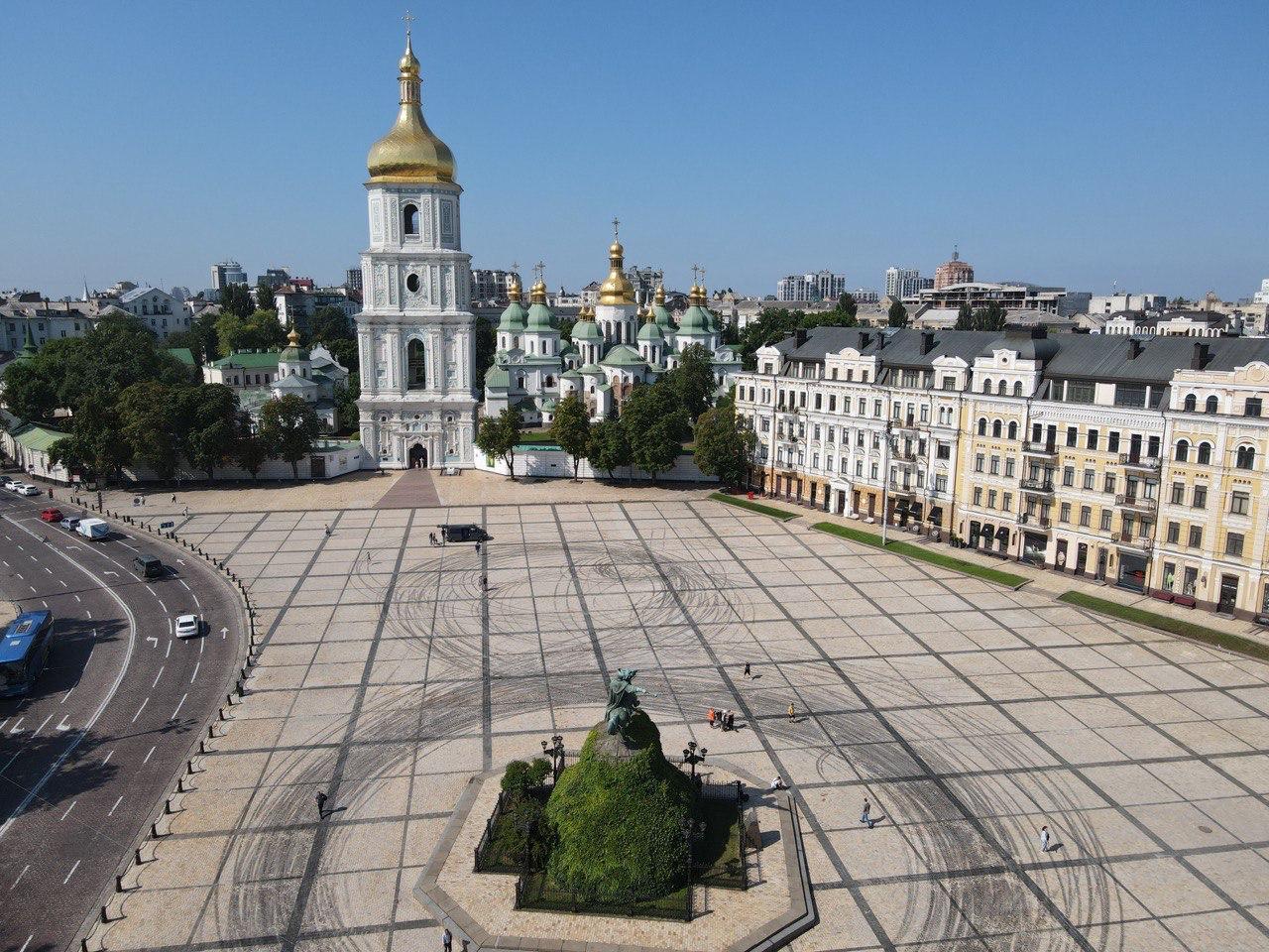 Водители-экстремалы устроили не согласованный дрифт на Софийской площади